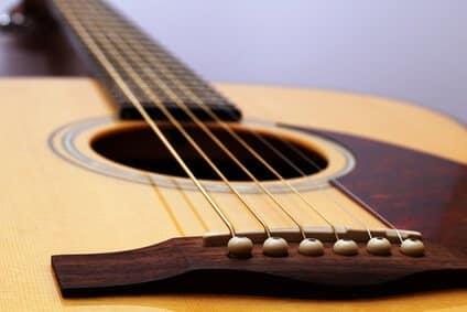 Comment choisir des cordes de guitare pour quelqu'un d'autre ?