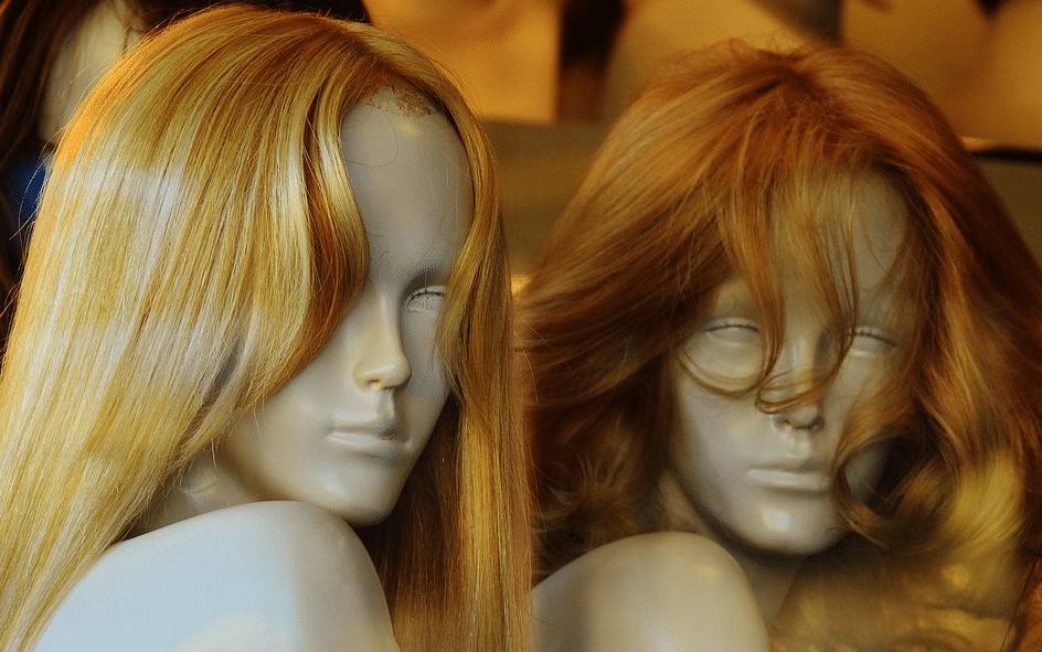 Perruques : fibres synthétiques ou cheveux naturels ?